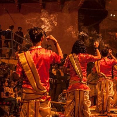 Viaggi in India - la preghiera a varanasi