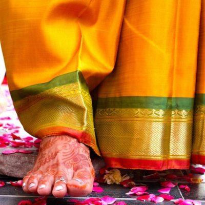 la sposa entra nella casa